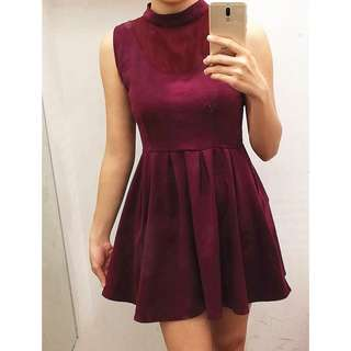 (Incl.pos) High collar maroon dress
