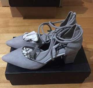 🚚 🌟特價。全新灰色尖頭高跟鞋