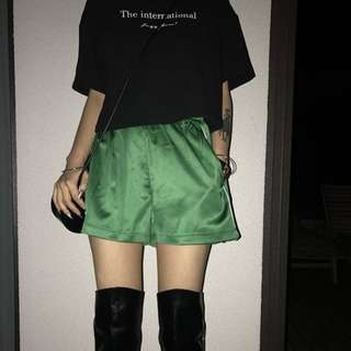 VM 2018女裝新款 原創 經典百搭 復古開叉設計 滑面亮面 高腰鬆緊運動短褲 2色