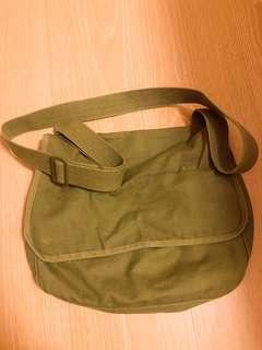 行星購入。軍綠側背包 書包