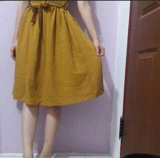 芥末黃及膝裙洋裝