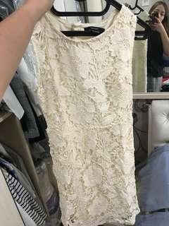 Lace dress broken white