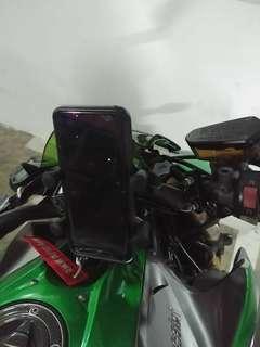 MWUPP Handphone U-clamp Mount installed on Kawasaki Z1000