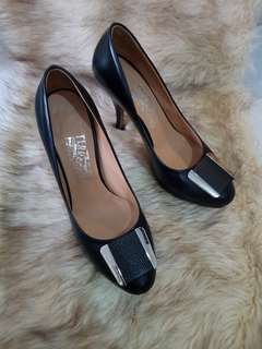 Authentic Salvatore Ferragamo Black Leather In Silver Hardware Pumps Size 6.5
