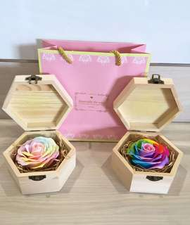 ❗️2 colours avail❗️Get this for your ❤️ONE, let her/him know that your eyes 👁 ONLY have her/him 🤗 Handmade flower soap rose gift box that are beautifully hand crafted 😁 Comes with a nice paper carrier🤗
