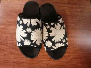 Sandal Bunga Monocrome