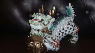 Patung Naga Gigit Pedang