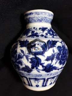 明代宣德年款青花小罐15cm  高。Ming dynasty B n W small jar with flowers decoration. Authentic Ming artwork . Small n beautiful at offer price 3000