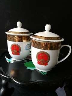 中华人民共和国 国徽五星 镀金茶水盖杯 杯口8.5公分 杯深10公分 阔13公分 杯盖10公分。