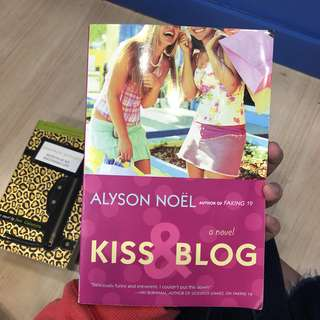 English Books - Kiss and Blog by Alyson Noel