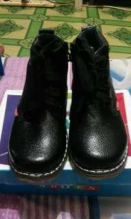 kasut budak lelaki