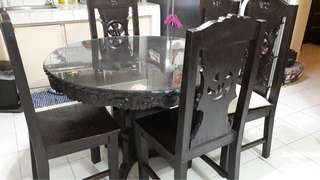 6-seater round dining table