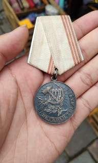 """勳章""""勞工退伍軍人""""由藝術家SA Pomansky設計。這是一枚直徑34毫米的圓形獎章,由tombac擊中,然後鍍銀和氧化。在正面獎牌承擔錘子和鐮刀在題詞""""蘇聯""""的浮雕圖像(俄語:«СССР»)與發散光線,月桂分支跨越從右到左鐮刀的手柄下傳遞正面的寬度沿著下部和右邊的圓周向上彎曲一條帶有浮雕銘文""""VERERAN OF LABOR"""""""