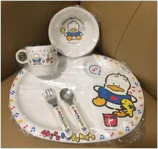Sanrio Ahiru No Pekkle 鴨仔 1990 年 膠杯, 碗, 碟, 刀, 义一套 (Made in Japan) ( 全新未用過) (直徑 - 碟 32.5 cm / 碗 13 cm / 杯 7 cm) (** 只限北角地铁站交 **)