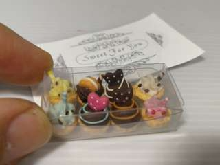 Dollhouse Miniature : A box of 8 pcs of mini tarts
