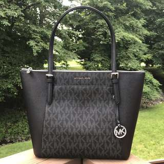 MICHAERL KORS CIARA SIGNATURE JET SET EAST WEST TOTE IN BLACK