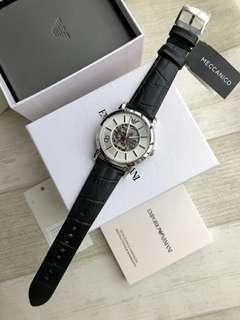 正品實拍Emporio Armani阿瑪尼機械手錶男款新款時尚鏤空皮帶男錶AR1997。錶盤直徑42mm。厚度12mm。防水50米。真皮錶帶。不硬而且透氣。男錶必備。