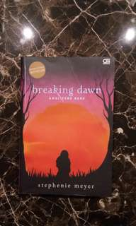 💯 Novel Twilight Saga Breaking Dawn by Stephenie Meyer