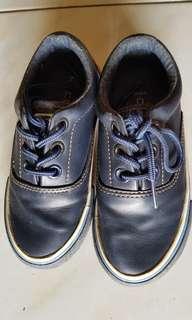 Sepatu anak lelaki
