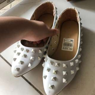 LIKE NEW Studded white flatshoes