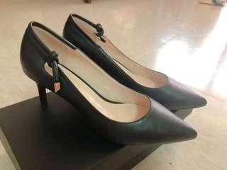 🚚 達芙妮 黑色尖頭高跟鞋