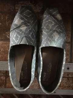 (7.5) Toms Blue shoes
