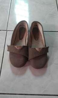 Sepatu anak perempuan abu-abu