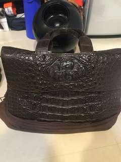咖啡色鱷魚皮手提包