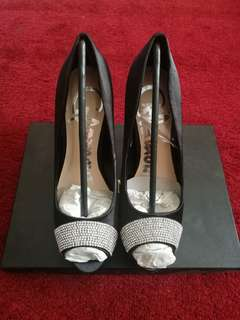 Size 7 new in box formal heels