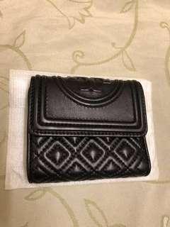 🚚 美國Tory Burch Fleming 菱格紋車縫三折釦式真皮小短夾(黑色)