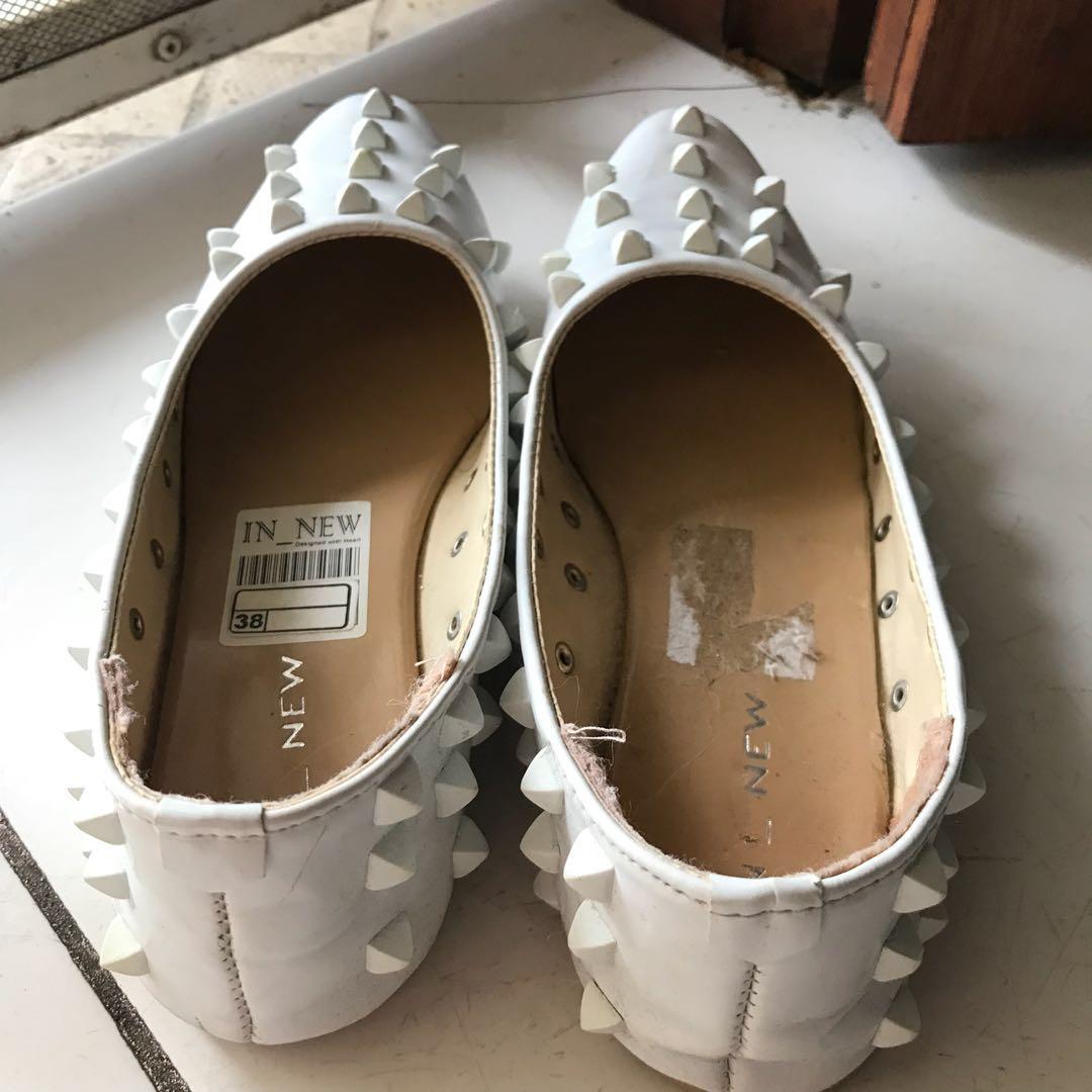 LIKE NEW Studded white flatshoes