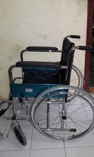 Kursi roda standar rumah sakit