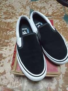 VANS SLIP ON PRO BLACK & WHITE SIZE 9