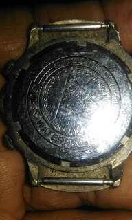 Jam gues zaman dulu beli masih pake dolar tali dan batre ya gk ada karena sudah gk di pakai lama jamin hidup apa bila beli nanti di dikondisikan jam ya