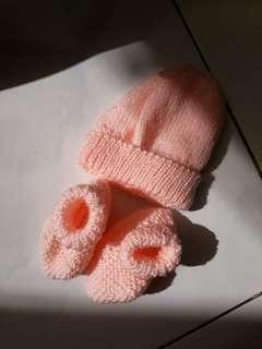 Rajutan topi dan sepatu bayi