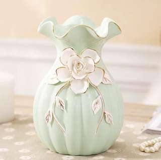 Brand new Exquisite European ceramic vase. 🤗Absolutely gorgeous🤗 14cm x 20cm. Avail in white & green. Great as gifts or decor at home 👍🏻