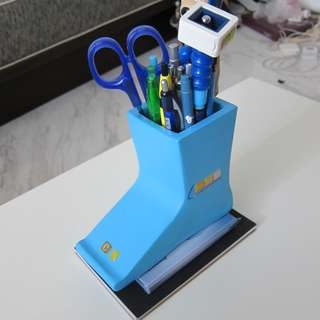 Ceramic blue shoe paperweight stationary holder. Includes pens, pacers, scissors, 4Gig USB, sticky note pad, booklet and ruler.
