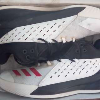 🚚 ADIDAS籃球鞋,US9.5號,500元。
