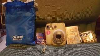 即影即有相機,機內有相纸2張、1盒Hello Kitty全新相纸、4粒電蕊、相機袋,二手機身好新,只影個8張相