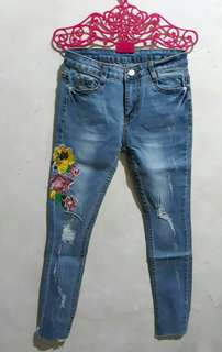 SKINNY JEANS WITH FLORAL EMBRO
