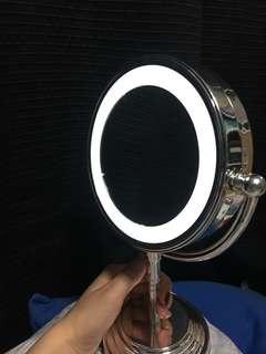 Illuminated magnification mirror