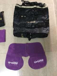 金怡旅行社,手提袋及吸氣頸枕,每套35,有三套