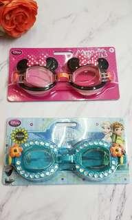 DISNEY可愛卡通泳鏡 - $ 69  。適合3歲或以上 。可調式鏡帶 。100% UVA and UVB protection  共4款:  -車王 -米妮 -蜘蛛俠 -Frozen.