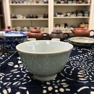 清代豆青釉杯#3452-5,9.1*5.4cm左右,品相基本完整,杯內底部一刻字