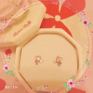 日本時尚防敏感粉紅耳環。送花搪瓷盒
