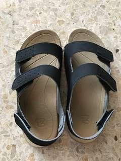 Sepatu anak laki-laki