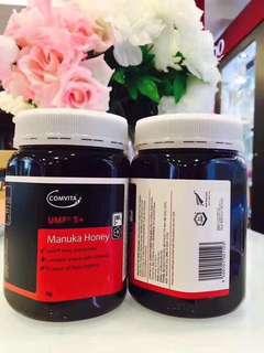 新西蘭Comvita康維他蜂蜜5+ 1kg裝,源自無污染的新西蘭國度,純天然的麥盧卡蜂蜜,天然滋養腸胃,有助於睡眠健康,使皮膚光滑細膩,緩解疲勞,讓你精神飽滿容光煥發,含有獨特活性UMF5+,有效緩解感冒引發的咽喉疼痛、發乾乾咳等症狀,是最有效的天然治療劑,改變從一罐蜂蜜開始!