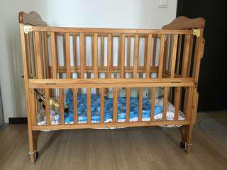 Wooden baby cot. Mattress placement height conversion. Movable cot.