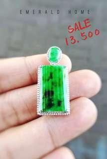 自家緬甸玉石珠寶完美追求者之選 。 價格: $13,500HKD(加95折) 玉石: 老坑種翡翠無事牌(精緻) 尺寸: 16.3mmx26mm 鑲嵌: 18k 色澤: 綠及墨綠色澤 證書: 香港玉石鑑定中心證書