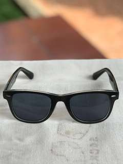 Kacamata hitam Uniqlo